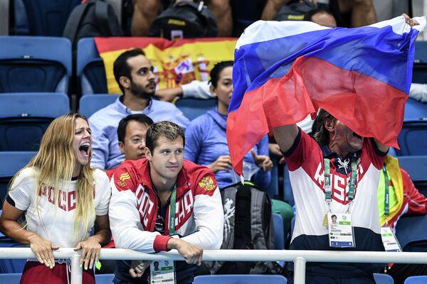 Российские пловцы Юлия Ефимова и Никита Лобинцев (в центре)
