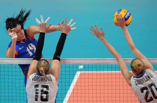 Волейболистки сборной России Анастасия Шляховая и Ирина Воронкова и диагональная сборной Сербии Тияна Бошкович (справа налево)
