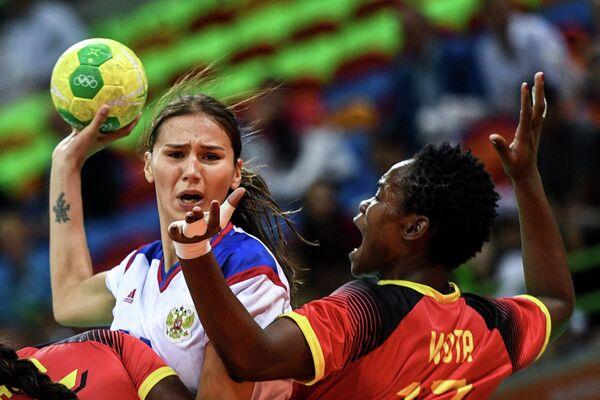 Екатерина Ильина (слева) и игрок сборной Анголы Вута Домбакс
