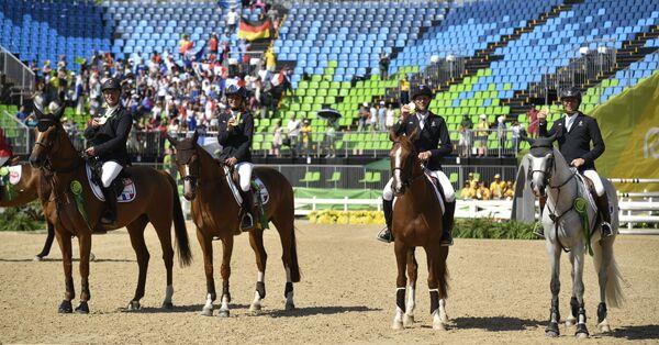 Сборная Франции по конному спорту после победы в конкуре