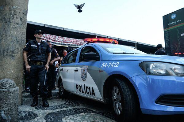 Полицейские на одной из улиц в Рио-Де-Жанейро