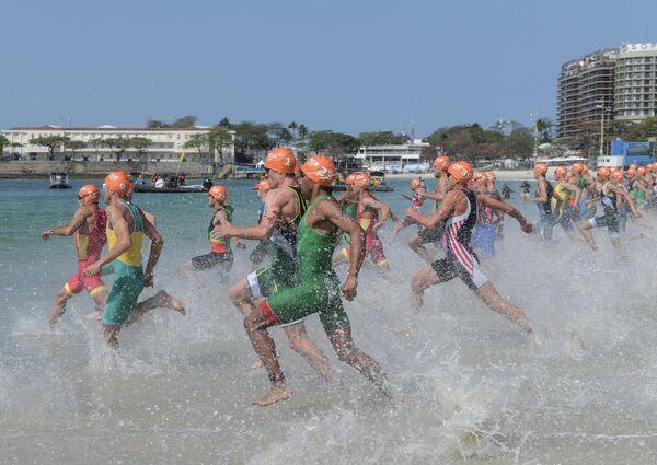Спортсмены на старте соревнований по триатлону
