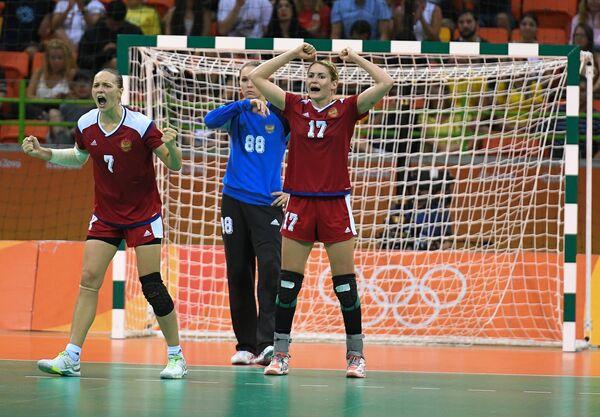 Гандболистки сборной России Дарья Дмитриева, Виктория Калинина и Владлена Бобровникова (слева направо)