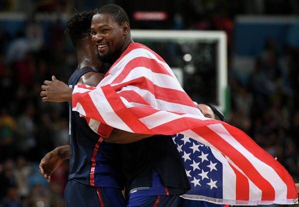 Баскетболисты сборной США Кевин Дюрант (справа) и Джимми Батлер