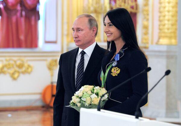 Президент РФ Владимир Путин и двухкратная олимпийская чемпионка по фехтованию на саблях Яна Егорян