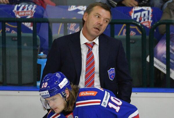 Главный тренер СКА Олег Знарок (справа) и форвард СКА Виктор Тихонов