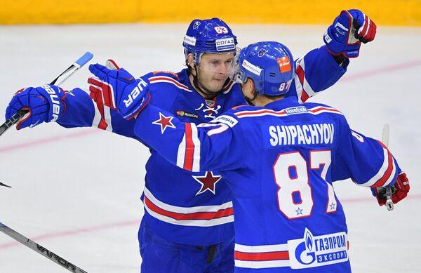 Хоккеисты СКА Евгений Дадонов (слева) и Вадим Шипачёв