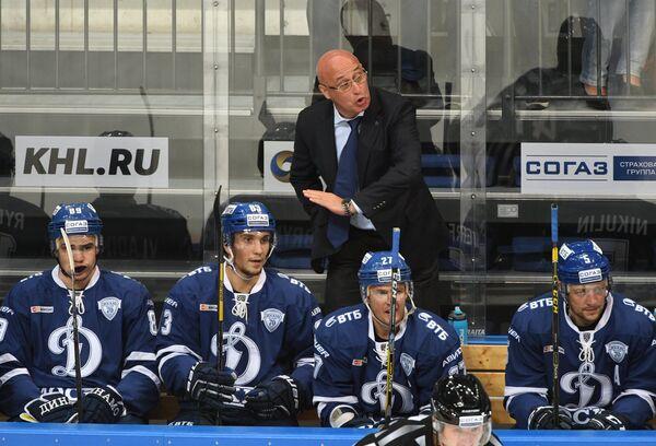 Главный тренер Динамо Сергей Орешкин (в центре на втором плане) и хоккеисты клуба