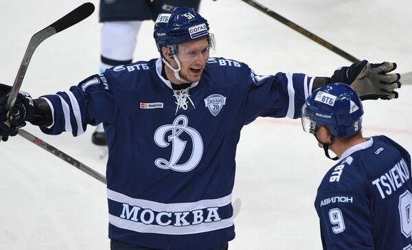 Хоккеисты Динамо Артём Подшендялов (слева) и Алексей Цветков