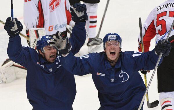 Хоккеисты Динамо Семён Кокуёв (слева) и Александр Рыбаков