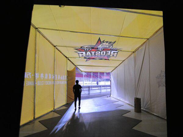 Выход из подтрибунного помещения на домашнем стадионе китайского клуба КХЛ Куньлунь