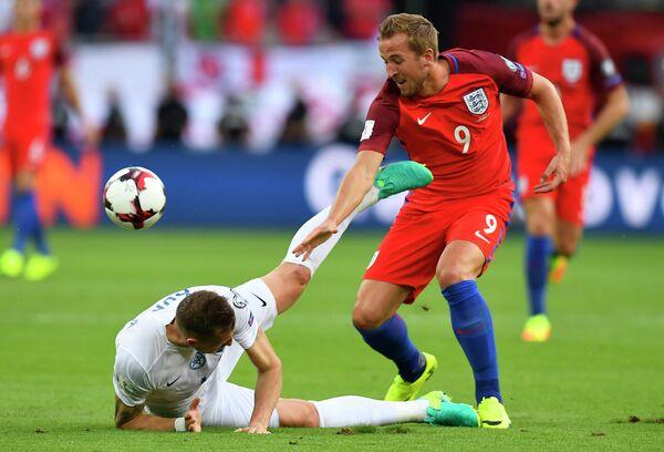 Защитник сборной Словакии Ян Дюрица (слева) и нападающий сборной Англии Гарри Кейн