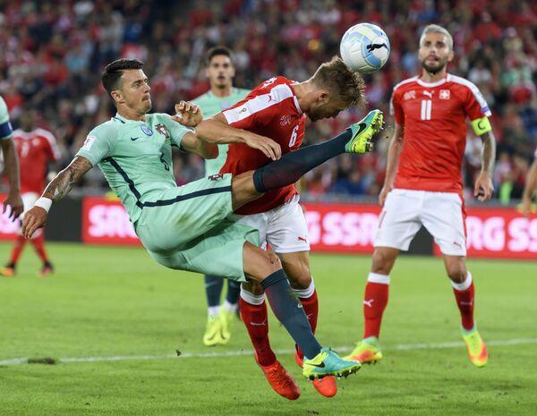 Игровой момент матча европейского отборочного турнира чемпионата мира 2018 года между сборными Швейцарии и Португалии