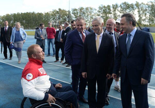 Министр спорта РФ Виталий Мутко (справа), председатель исполкома, первый вице-президент Паралимпийского комитета РФ Павел Рожков (второй справа)