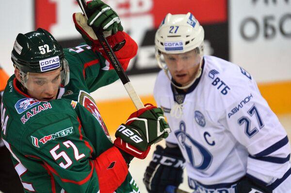 Игрок Ак Барса Атте Охтамаа (слева) и игрок Динамо Алексей Терещенко