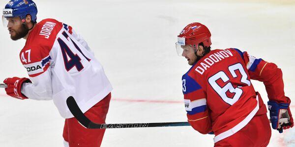 Защитник сборной Чехии Михал Йордан (слева) и форвард сборной России Евгений Дадонов