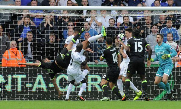 Игровой момент матча четвертого тура чемпионата Англии Суонси - Челси