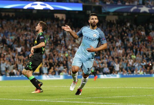 Нападающий Манчестер Сити Серхио Агуэро радуется забитому мячу