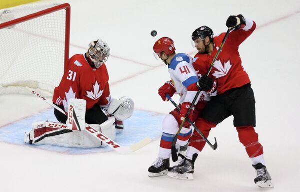 Вратарь сборной Канады Кэри Прайс и форвард сборной России Николай Кулемин (слева направо)