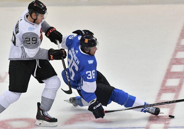 Форвард сборной Финляндии Юсси Йокинен (справа) и нападающий сборной Северной Америки U23 Натан Маккиннон