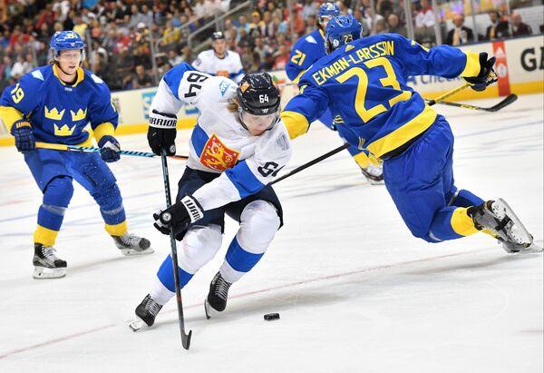 Форвард сборной Швеции Никлас Бекстрём, нападающий сборной Финляндии Микаэль Гранлунд и защитник сборной Швеции Оливер Экман-Ларссон (справа)