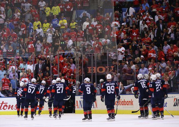 Хоккеисты сборной США после поражения от сборной Канады на Кубке мира