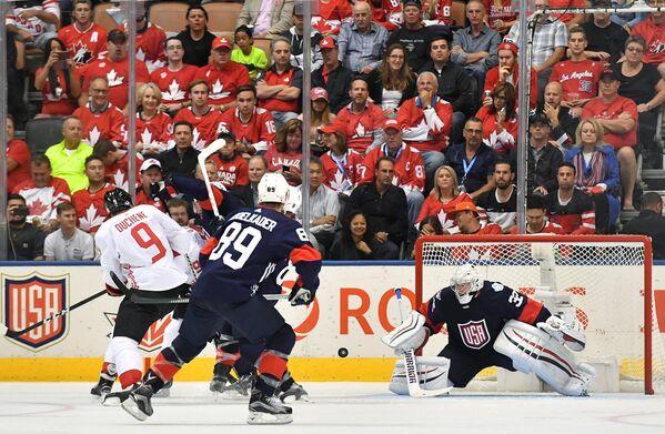 Нападающие сборной Канады Мэтт Дюшен, сборной США Джастин Абделькадер и вратарь сборной США Джонатан Куик (слева направо)
