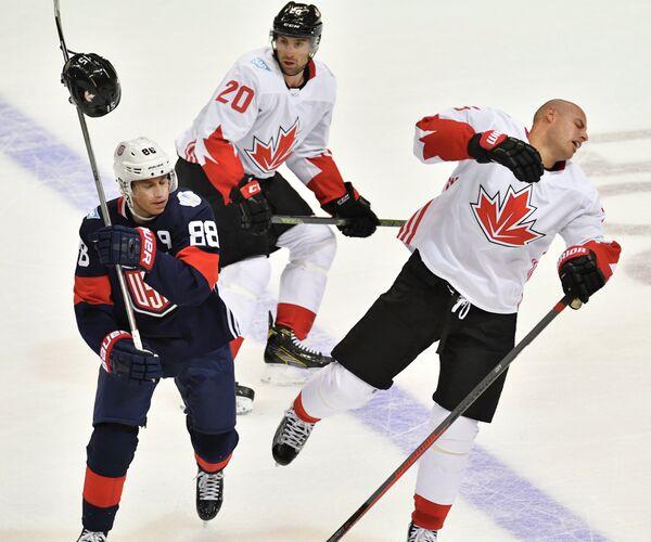 Нападающие сборной США Патрик Кейн и сборной Канады Джон Таварес и Райан Гецлаф (слева направо)