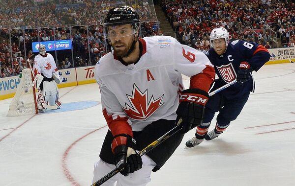 Защитник сборной Канады Ши Уэбер и нападающий сборной США Джо Павелски (слева направо)