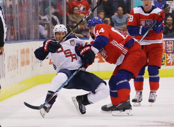 Нападающий сборной США Зак Паризе и защитник сборной Чехии Роман Полак (слева направо)