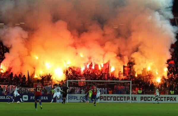 Болельщики жгут файеры на матче 8-го тура чемпионата России по футболу