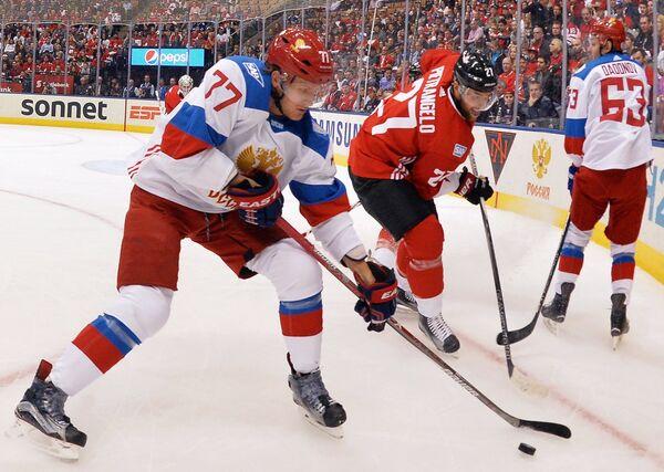 Нападающий сборной России Иван Телегин (слева) и защитник сборной Канады Алекс Пьетранджело