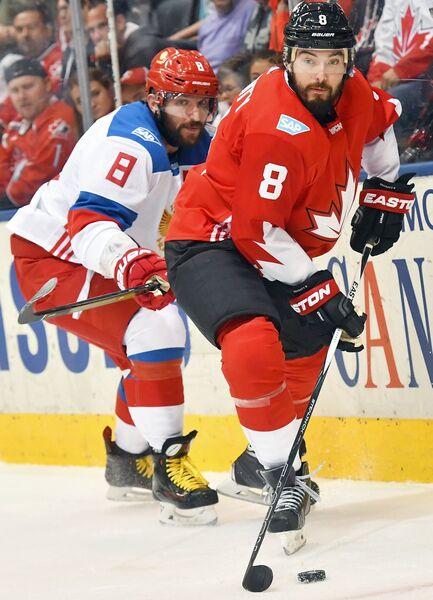 Защитник сборной Канады Дрю Даути (на первом плане) и нападающий сборной России Александр Овечкин