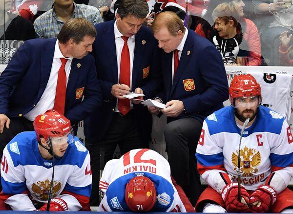 Тренеры сборной России Олег Знарок, Харийс Витолиньш и Алексей Жамнов (слева направо на втором плане)