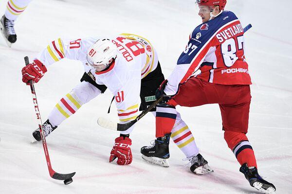 Форварды Куньлуня Шон Коллинз (слева) и ЦСКА Андрей Светлаков