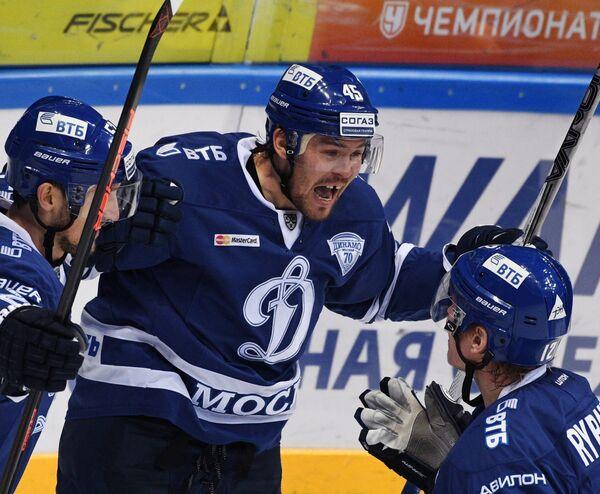 Хоккеисты Динамо Алексей Сопин, Семён Кокуёв и Александр Рыбаков радуются заброшенной шайбе