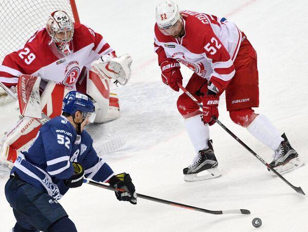 Нападающий Динамо Алексей Сопин (слева на первом плане), вратарь Витязя Харри Сятери и защитник Витязя Игорь Головков (слева направо)