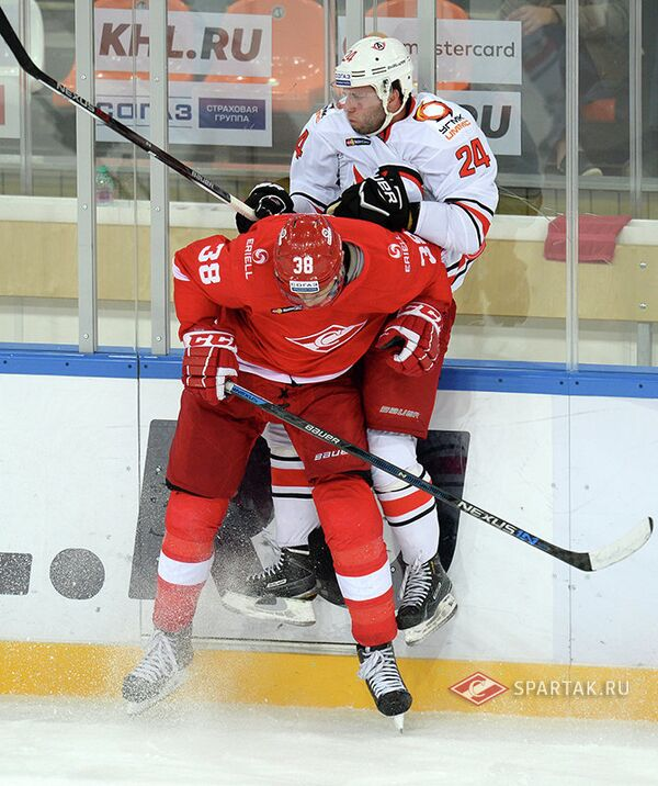 Нападающий Спартака Виктор Бобров и нападающий Автомобилиста Рок Тичар (на заднем плане)