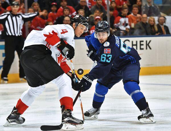 Защитник сборной Канады Джей Баумистер и форвард сборной Европы Матс Цуккарелло (справа)