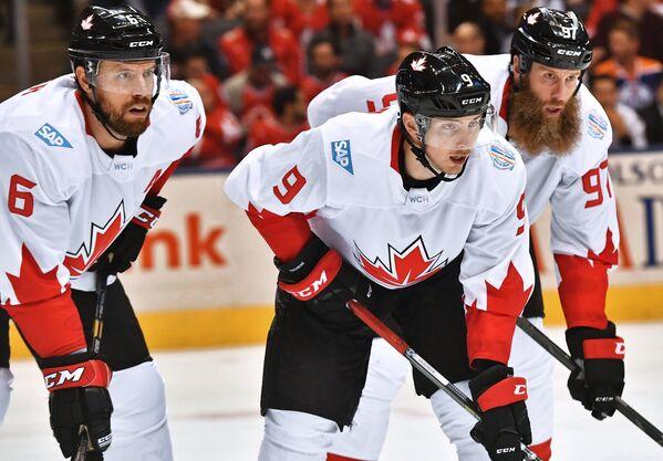 Хоккеисты сборной Канады Ши Уэбер, Мэтт Дюшейн и Джо Торнтон (слева направо)