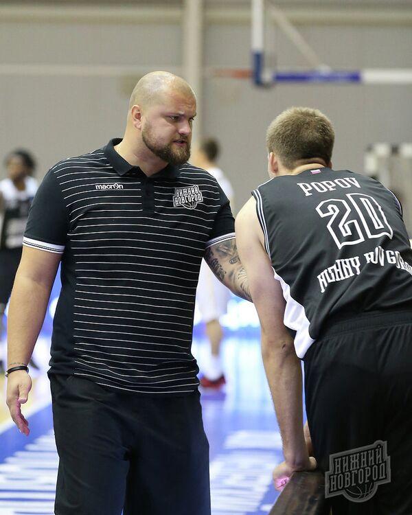 Главный тренер баскетбольного клуба Нижний Новгород Артурс Шталбергс (слева)