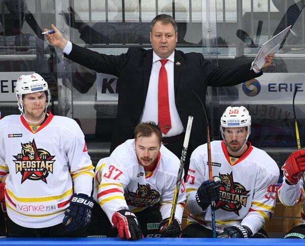 Главный тренер Куньлуня Владимир Юрзинов (на втором плане)
