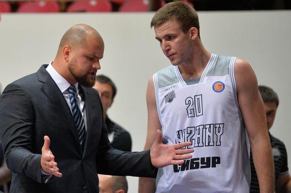 Главный тренер Нижнего Новгорода Артурс Шталбергс (слева) и центровой Нижнего Новгорода Илья Попов