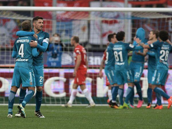 Футболисты Зенита Доменико Кришито (слева) и Хави Гарсия радуются забитому мячу