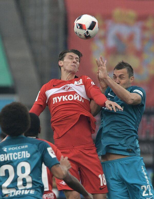Защитник Спартака Илья Кутепов (слева) и нападающий Зенита Артём Дзюба