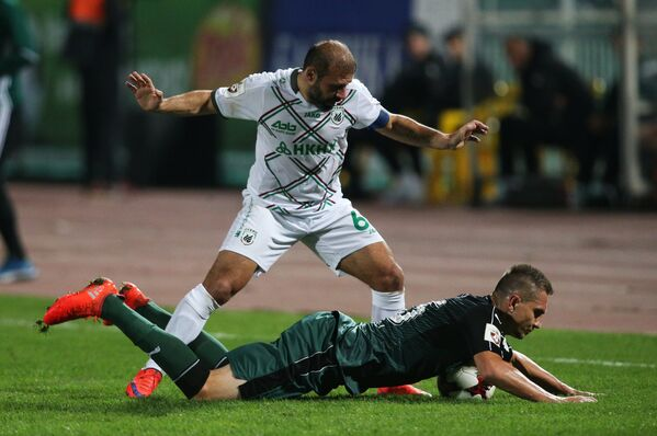 Защитник Краснодара Артур Енджейчик (внизу) и нападающий Рубина Гёкдениз Карадениз