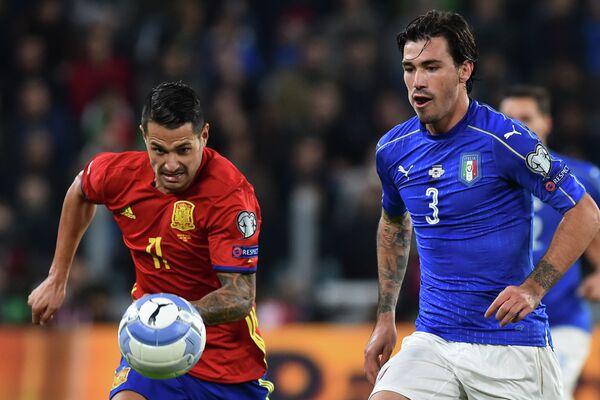 Защитник сборной Италии Алессио Романьоли (справа) и полузащитник сборной Испании Витоло