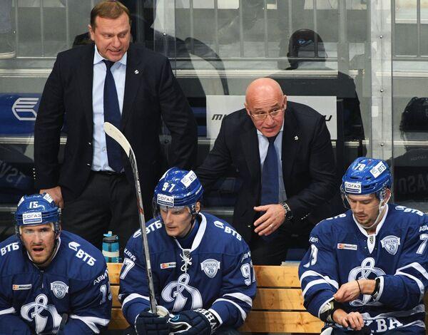 Тренеры Динамо Владимир Воробьев и Сергей Орешкин (слева направо на втором плане) и хоккеисты клуба