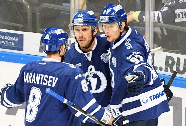 Хоккеисты Динамо Денис Баранцев, Мартиньш Карсумс и Алексей Цветков (слева направо)