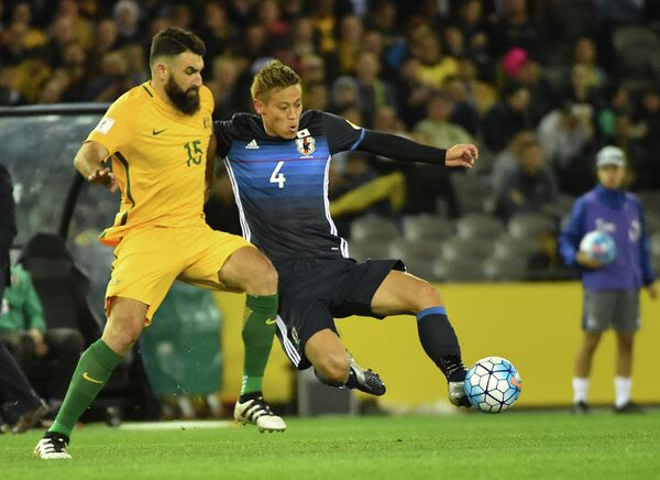Полузащитний сборной Австралии Майл Единак и полузащитник сборной Японии Кейске Хонда